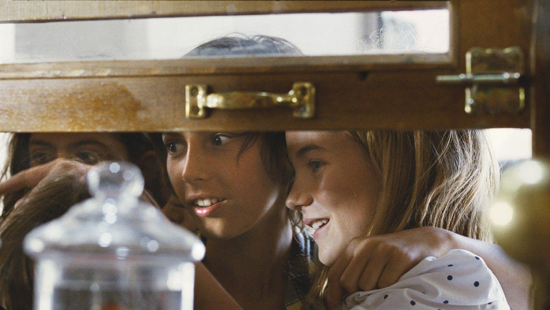 Балкон с видом на мореavi - стоп кадры из фильма.